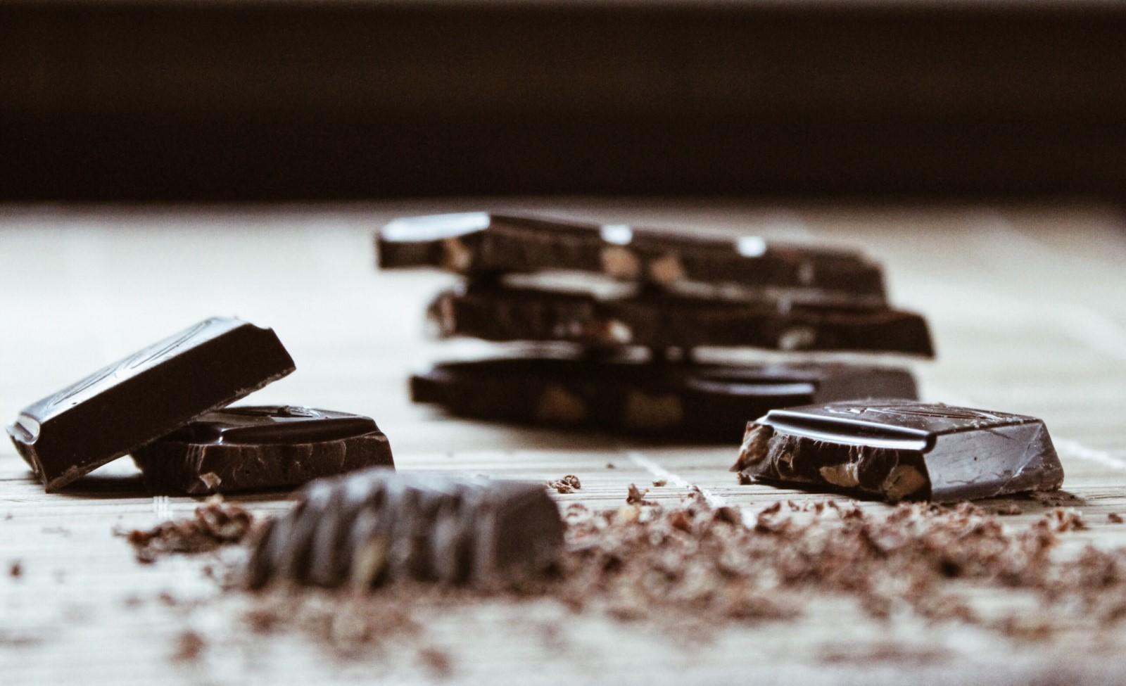 Quadretti di cioccolata fondente, pronti per essere sciolti.