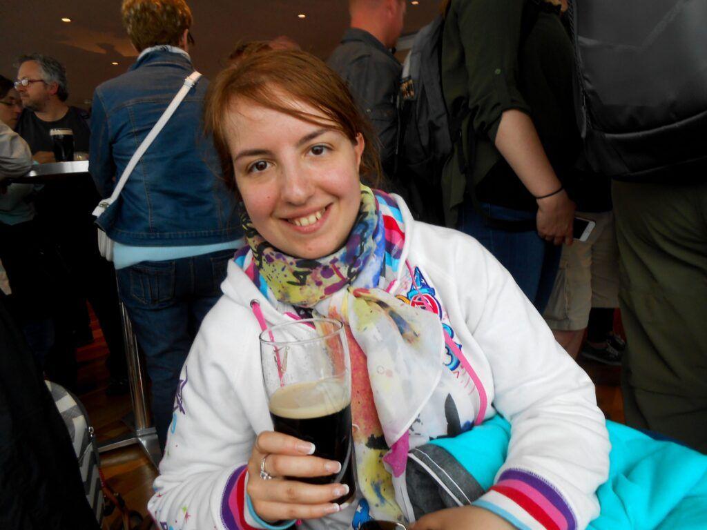 Chiara che degusta la Guinness