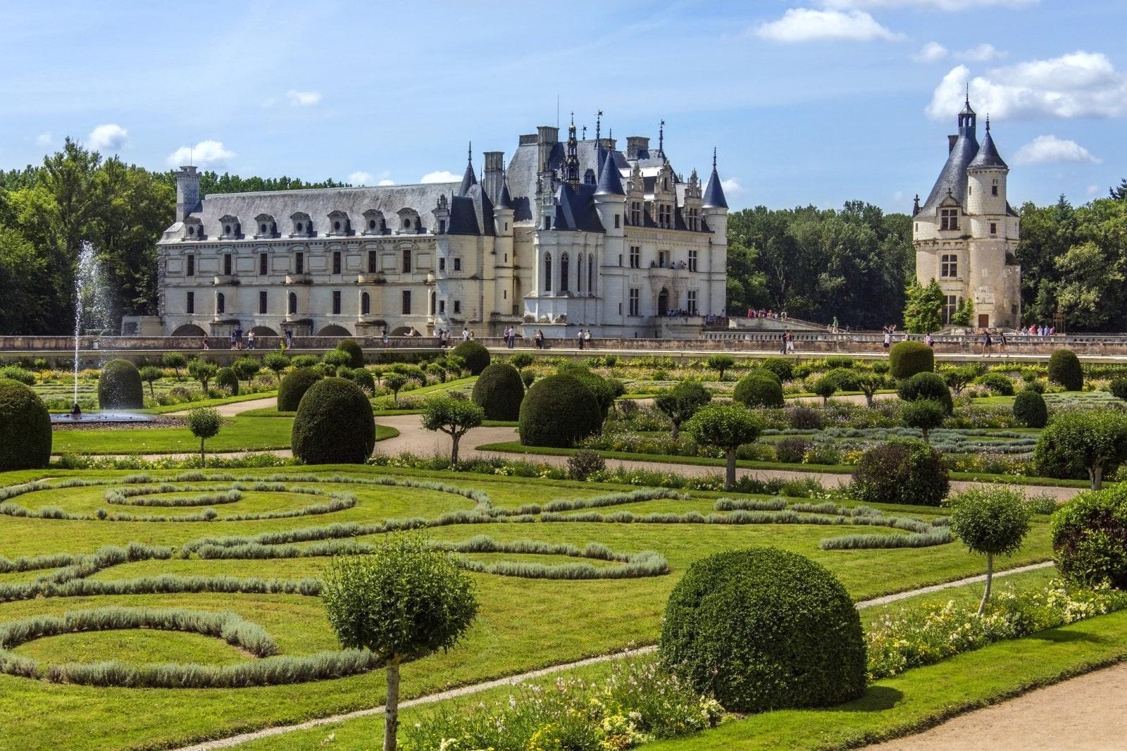 Un altro scorcio dei giardini di Diana de Poitiers con vista sulla torre.
