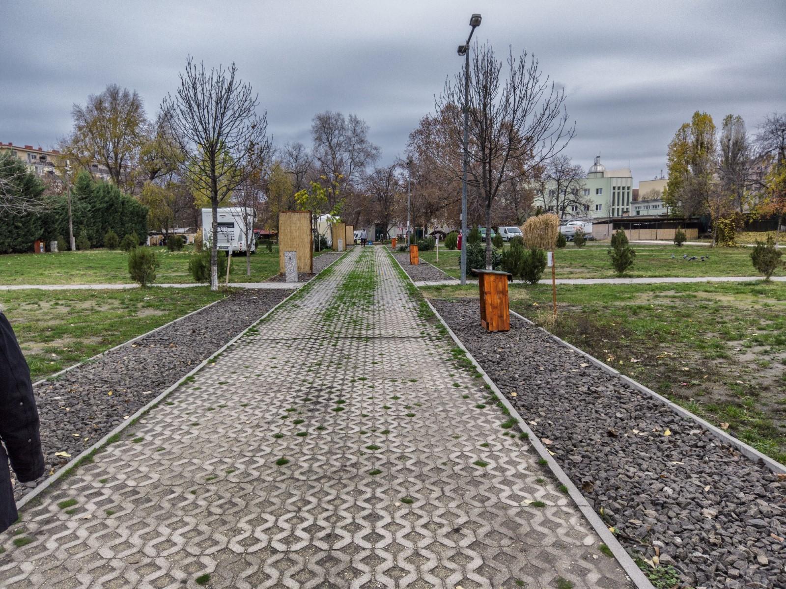 Camping Budapest - Il viale di accesso