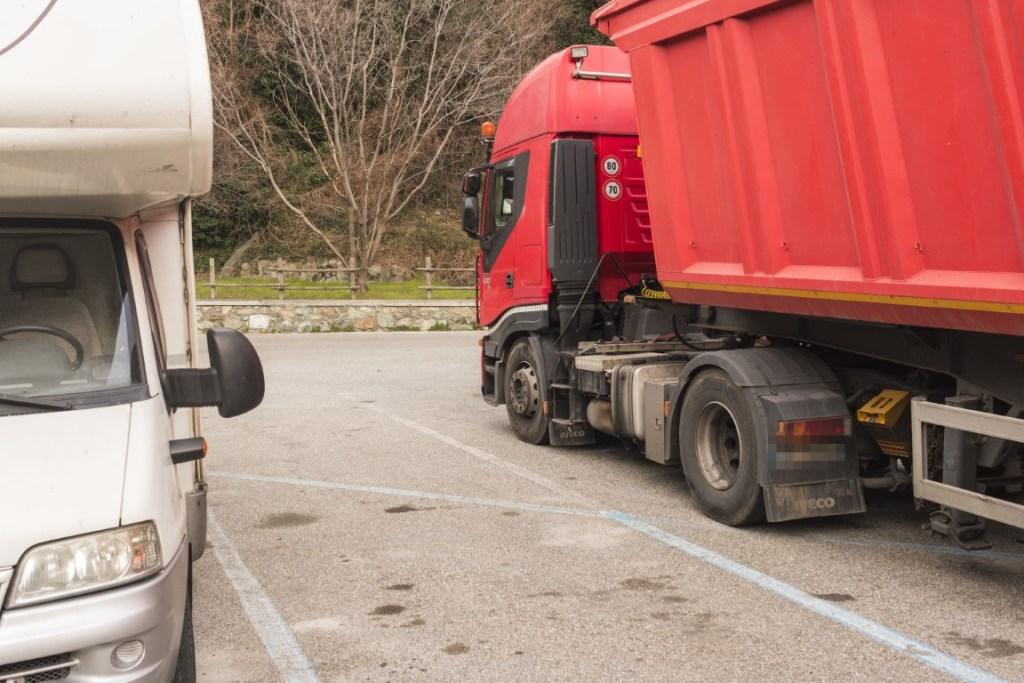 Parcheggio vicino ad un camion