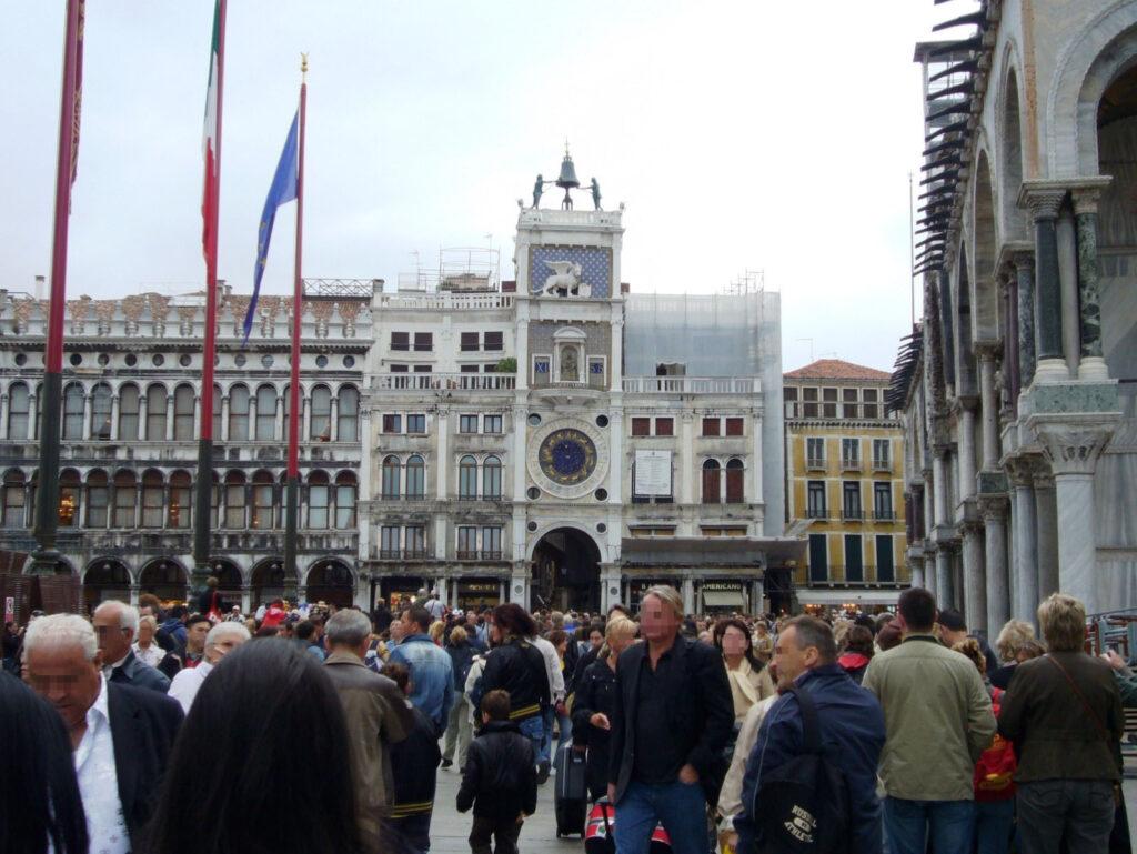 piazza e torre dell'orologio.