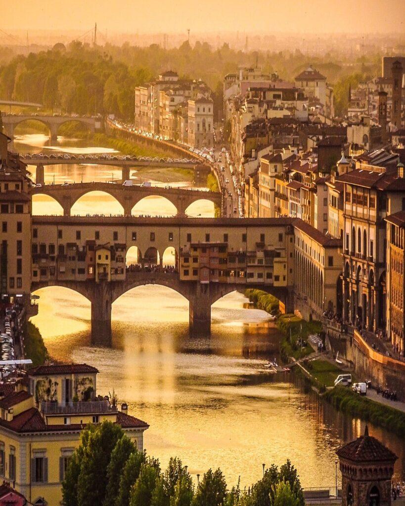 Una vista al tramonto dell'Arno e di Ponte Vecchio.