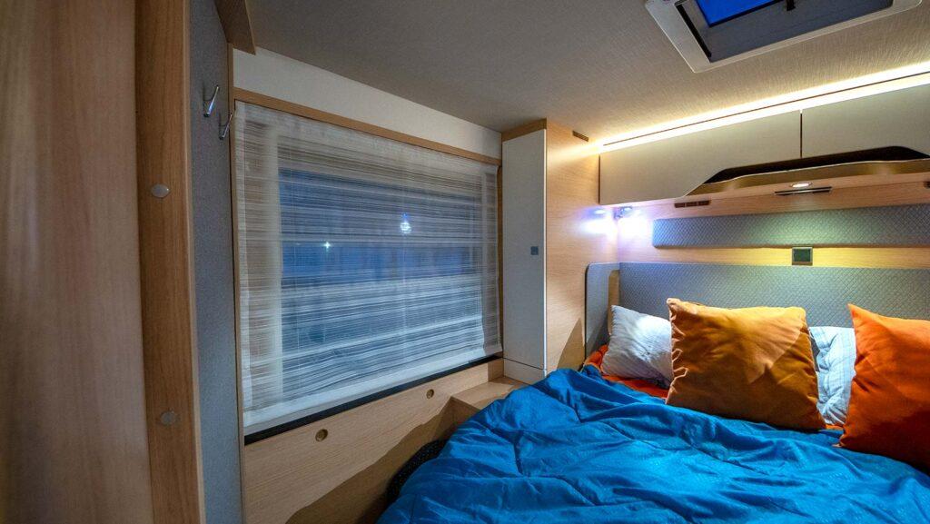 Una delle grande finestre laterali che rendono luminosa e ariosa la stanza.